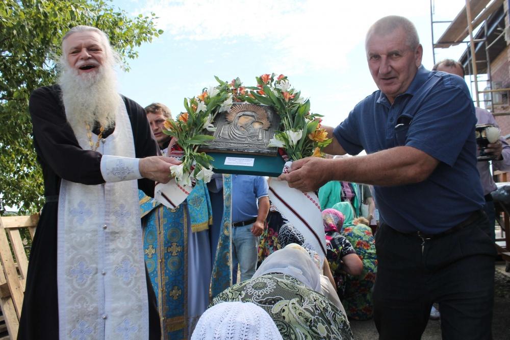 Крестным ходом со старинной иконой Божией Матери завершилась праздничная служба в селе Казакевичево